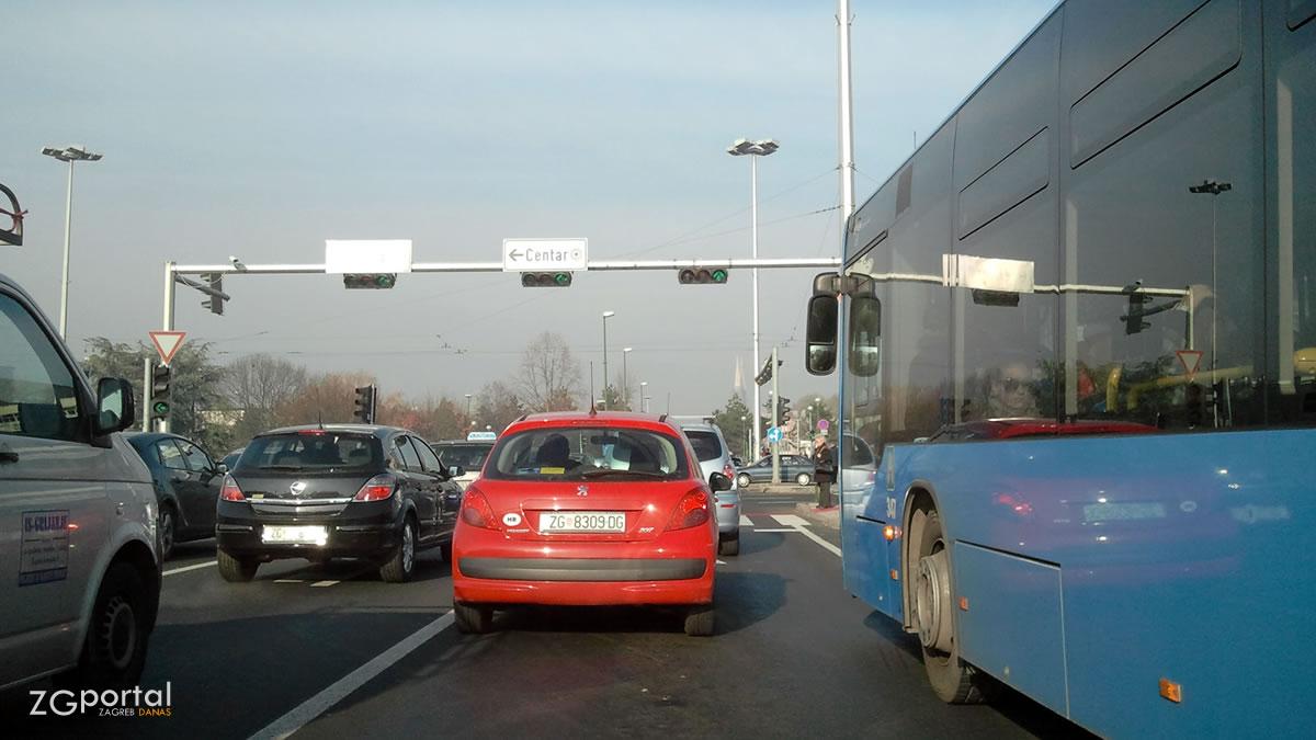 ulica hrvatske bratske zajednice, trnje, zagreb / prosinac 2013.