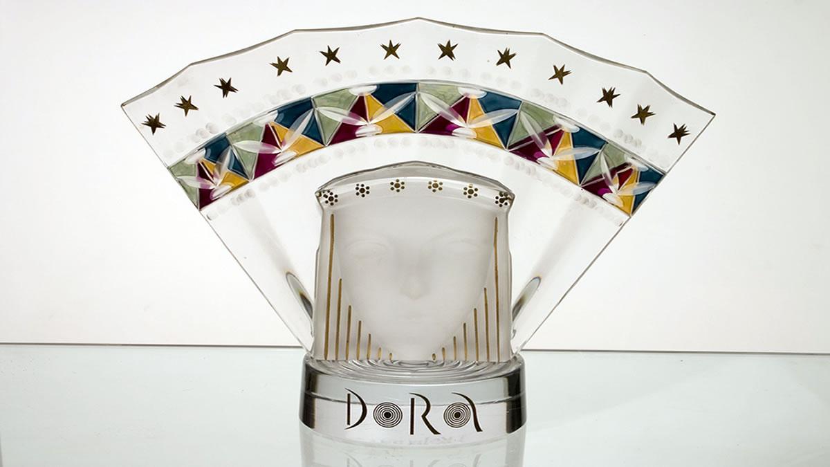 """kristalna statua """"dora"""" / ivica propadalo"""