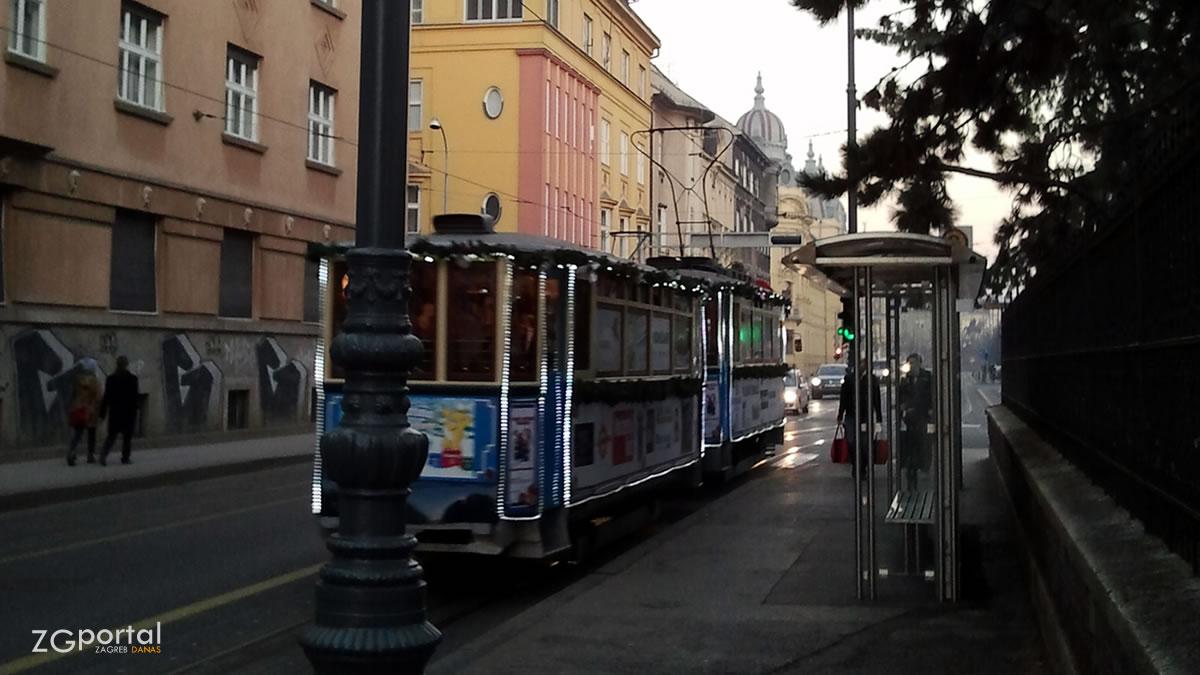 veseli božićni tramvaj / mihanovićeva ulica, zagreb / prosinac 2012.
