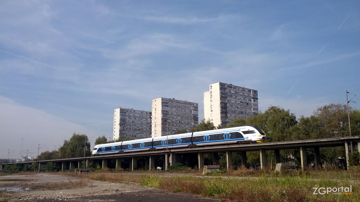 HŽ Serija 6112 - niskopodni elektromotorni vlak za regionalni promet / branimirova ulica, zagreb / listopad 2016.