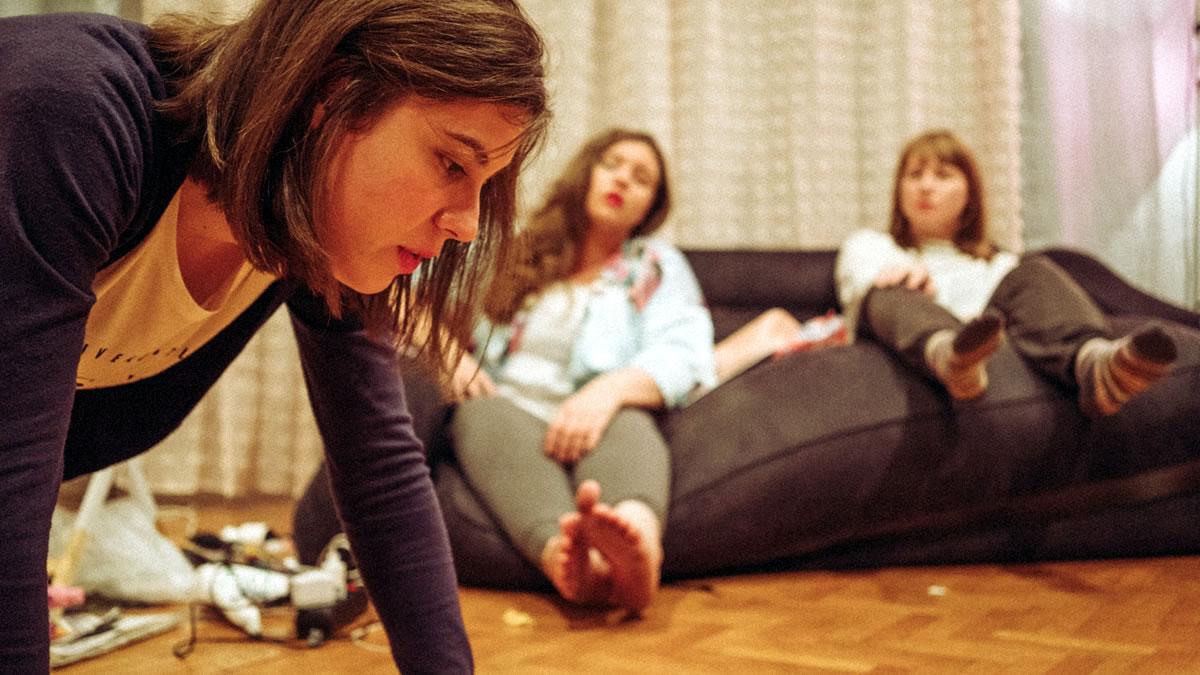 "kazališna predstava ""kaučsurfing"" - kazališna družina CLOU - 2020"