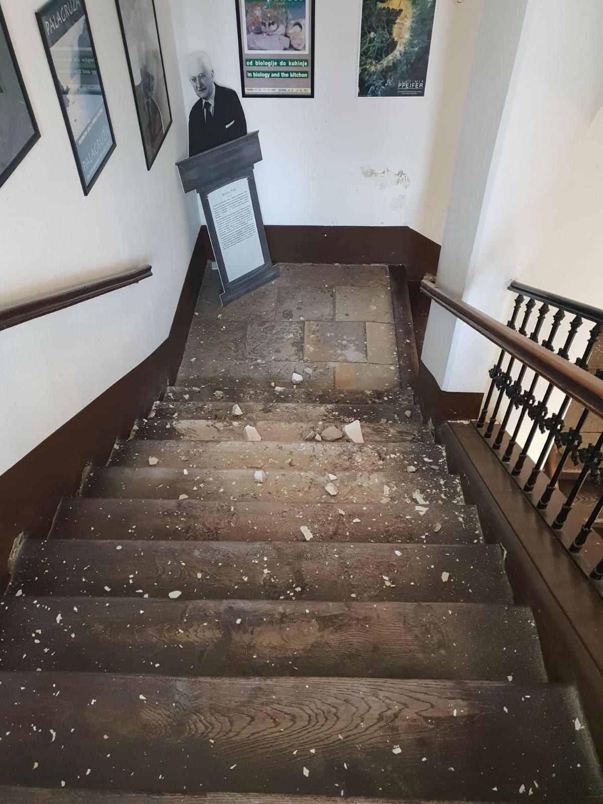 hrvatski prirodoslovni muzej zagreb - oštećenje stubišta nakon potresa - 2020