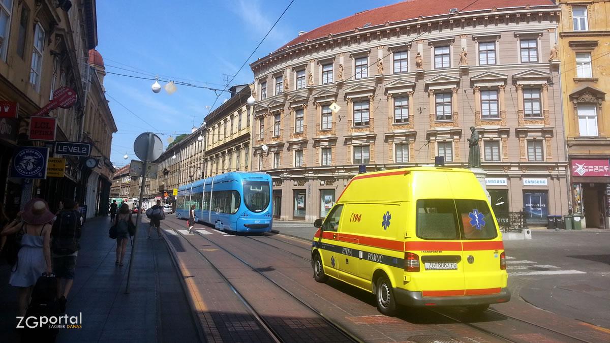 vozilo hitne pomoći / ilica, zagreb / srpanj 2017.