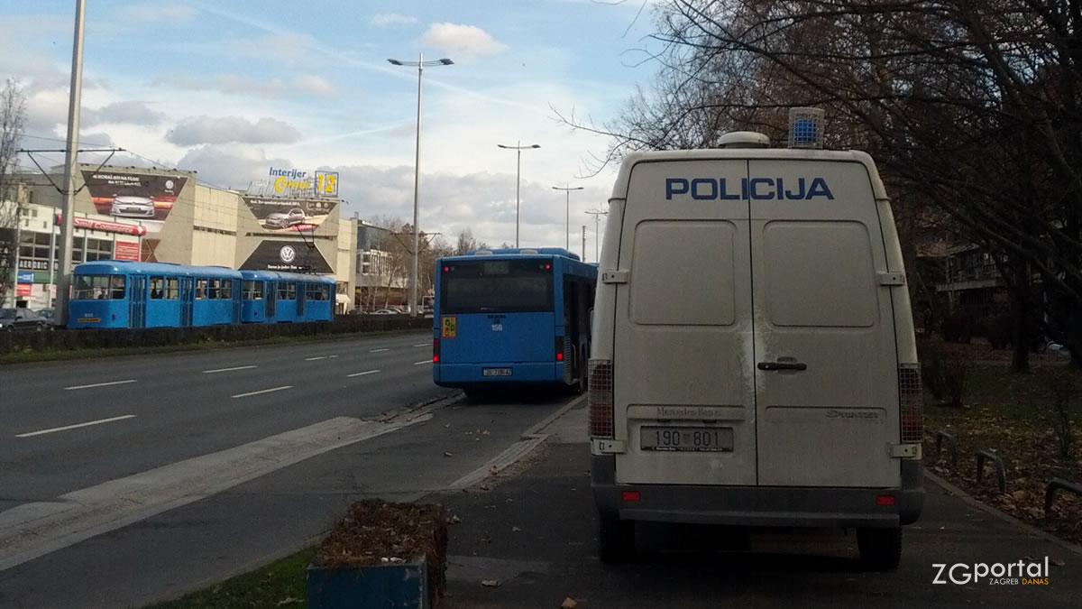 policijski kombi - crna marica - avenija dubrovnik, siget - siječanj 2014.